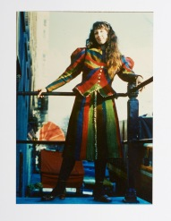Pat in haar zelf geweven pak / Pat in her self-woven outfit, 1974 Foto Sharon McCormack