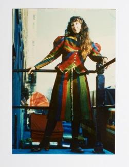 Pat in haar zelf geweven pak / Pat in her self-woven outfit, 1974 Foto Sharon McCormack